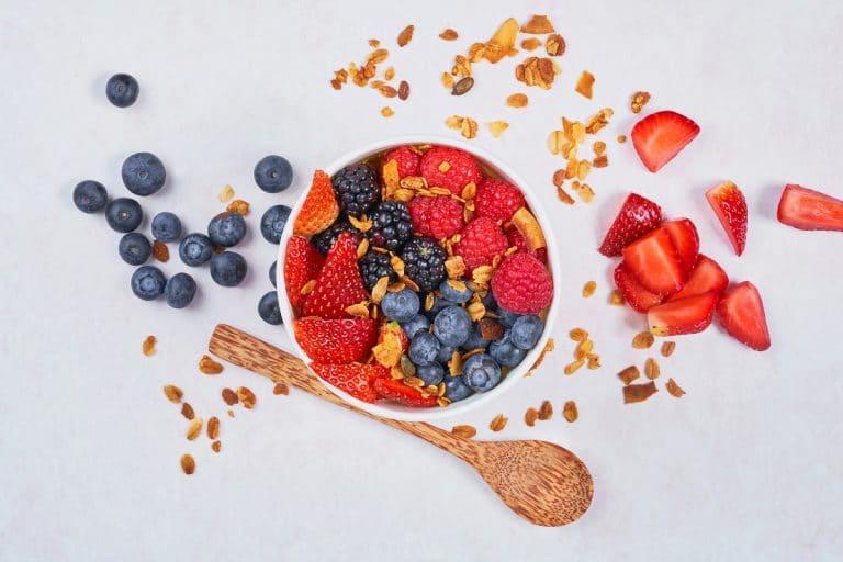 antioxidants fruits blueberries strawberries bowl
